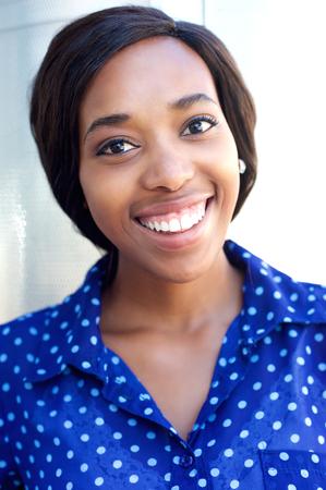 caras de emociones: Close up retrato de una alegre joven mujer afroamericana sonriente Foto de archivo