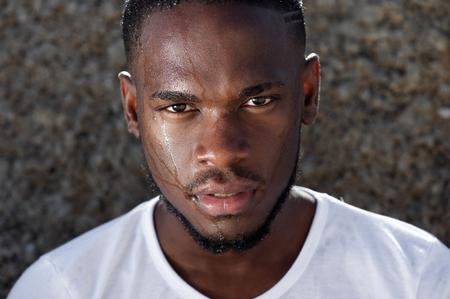 modelos negras: Close up retrato de un joven afroamericano de sudor que gotea en la cara