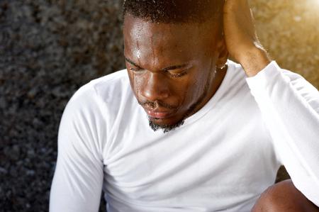 Close up portrait d'un homme afro-américaine de repos après le travail sur