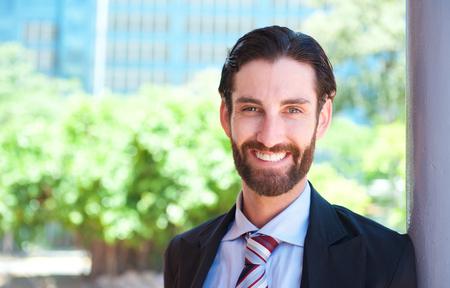 traje: Close up retrato de un empresario joven guapo sonriente al aire libre Foto de archivo