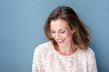 스웨터와 함께 웃 아름다운 중반 성인 여자의 초상화를 닫습니다 스톡 콘텐츠