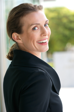 visage profil: Close up portrait d'une belle femme d'affaires souriant � l'ext�rieur Banque d'images