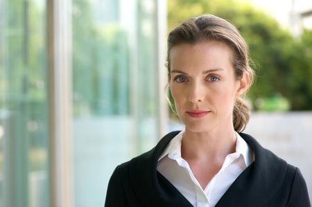 Close-up portret van een aantrekkelijke zaken vrouw met ernstige gezichtsuitdrukking Stockfoto