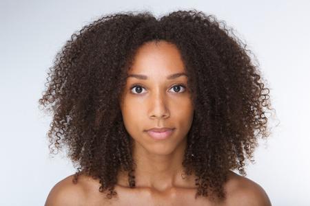 巻き毛の美しいアフリカ系アメリカ人の若い女性の肖像画を間近します。 写真素材
