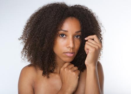 modelo desnuda: Cerca retrato de una mujer joven afroamericano atractivo con el pelo rizado Foto de archivo