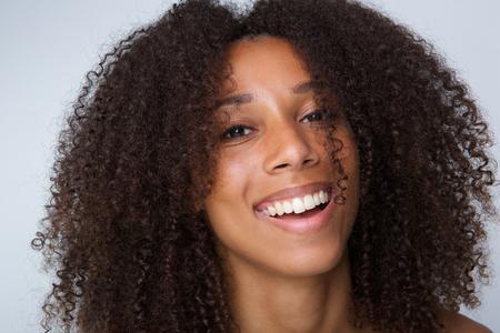 巻き毛笑って幸せなアフリカ系アメリカ人女性の肖像画を間近します。 写真素材