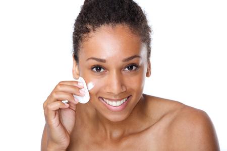 ビューティー スポンジで顔を洗浄幸せな若い女の肖像画を間近します。 写真素材