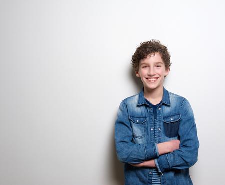 흰색 배경에 넘어 미소로 쾌활 한 어린 소년의 초상화