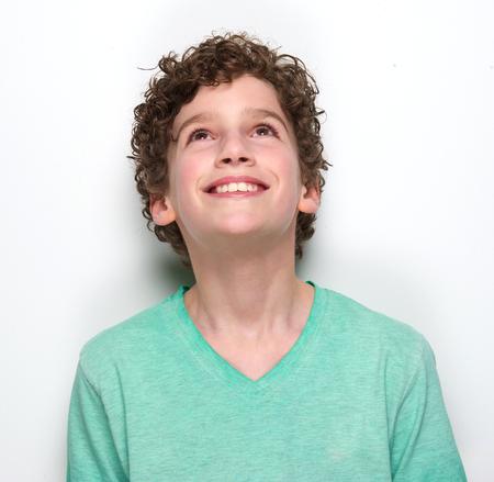 ni�o modelo: Close up retrato de un ni�o sonriente mirando hacia arriba