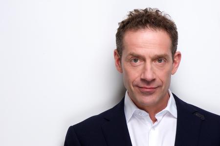 Porträt eines zuversichtlich Geschäftsmann Close up posiert vor weißem Hintergrund