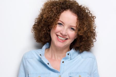 carita feliz: Close up retrato de una alegre mujer de mediana edad sonriendo contra el fondo blanco