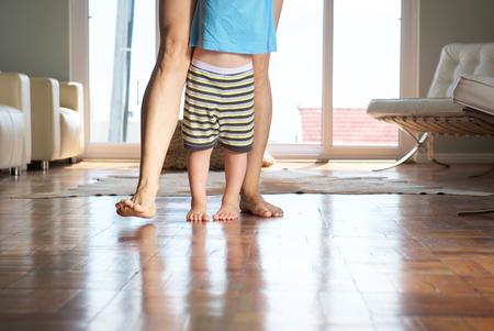 jolie pieds: M�re de marche avec petit gar�on � la maison sur plancher de bois
