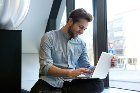 Retrato de un hombre sonriente con ordenador portátil Foto de archivo - 39957219