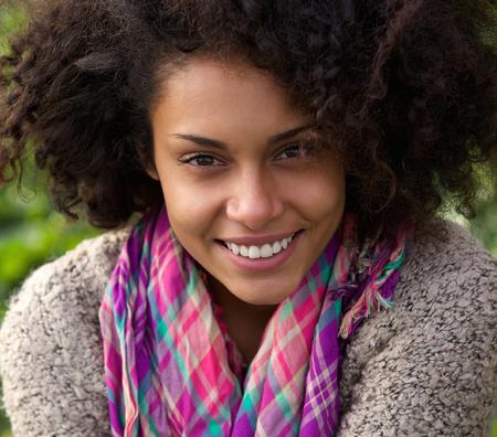 mujer sola: Close up retrato de una hermosa mujer afroamericana sonriente