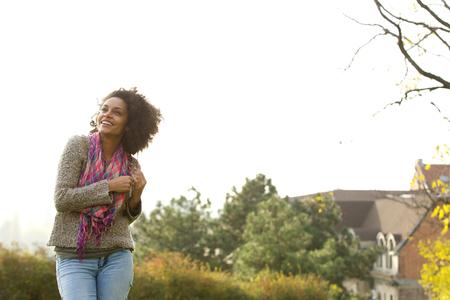 riendo: Retrato de una joven alegre risa fuera Foto de archivo
