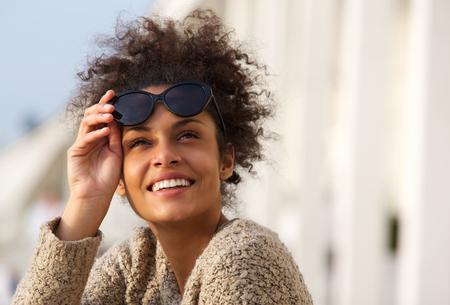 Close up portrait d'un sourire heureux jeune femme à l'extérieur Banque d'images - 40345570