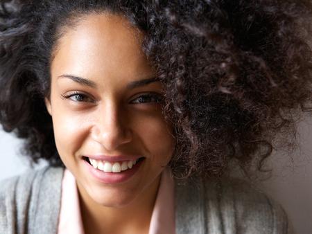 lachendes gesicht: Close up Porträt einer schönen jungen Afroamerikanerfrauenlächeln