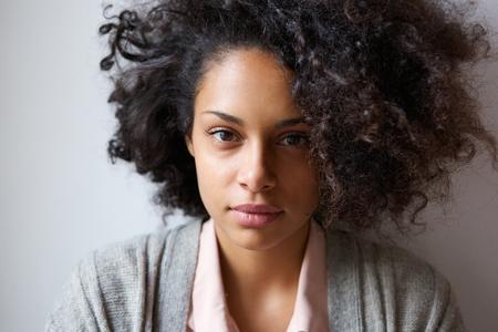 Close-up portret van een aantrekkelijke jonge Afro-Amerikaanse vrouw op zoek naar camera