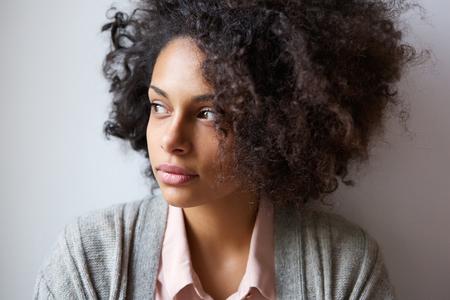 Feche acima do retrato de uma bela mulher negra, olhar, afastado