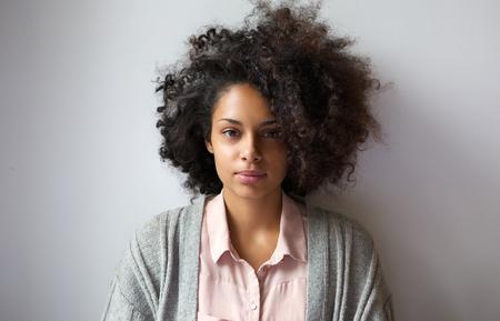 donne eleganti: Primo piano ritratto di una giovane e bella donna con acconciatura afro
