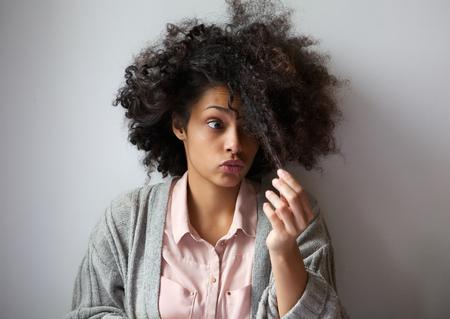 아프리카 헤어 스타일과 귀여운 아프리카 계 미국인 여자의 초상화를 닫습니다