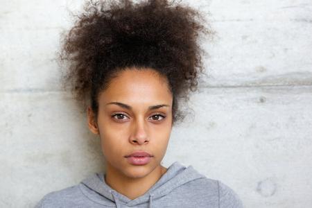 mujer sola: Close up retrato de una atractiva mujer afroamericana mirando a la c�mara