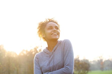 Ritratto di un pensiero giovane donna felice e alzando lo sguardo