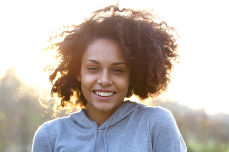 Close up portrait of a happy smiling young woman with curly hair Banque d'images