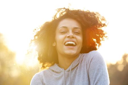 Close up Portrait einer jungen Frau glücklich Lachen im Freien