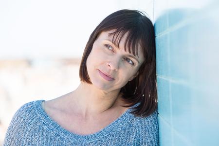 mujer pensando: Close up retrato de una atractiva mujer de mediana edad Foto de archivo