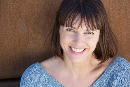 Close-up portret van een lachende vrouw van middelbare leeftijd Stockfoto