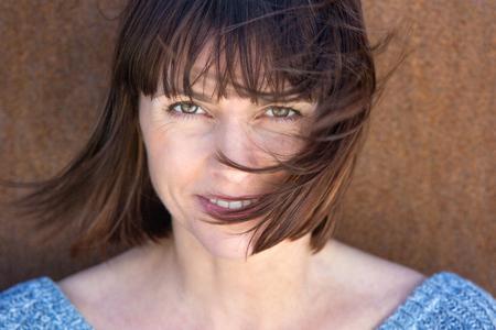 vrouwen: Close-up portret van een volwassen vrouw met haar waait in de wind Stockfoto
