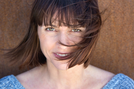 mujeres morenas: Close up retrato de una mujer madura con el pelo soplando en el viento