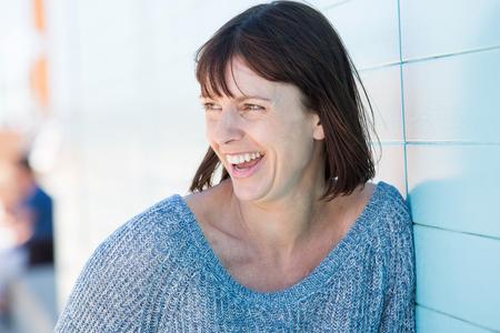 femme qui rit: Close up portrait d'une femme �g�e de rire naturel
