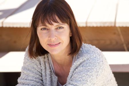 mujeres maduras: Close up retrato de una atractiva mujer caucásica mayor