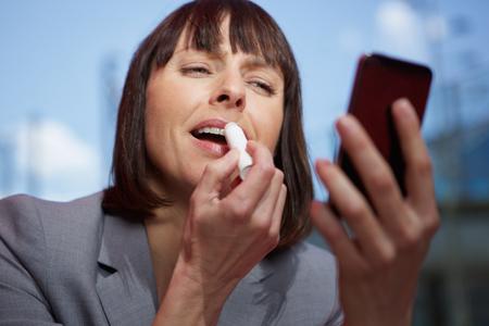 mujer maquillandose: Close up retrato de una mujer de mediana edad que componen la aplicaci�n