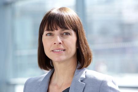 femmes souriantes: Close up portrait d'une femme d'�ge d'affaires professionnel milieu Banque d'images