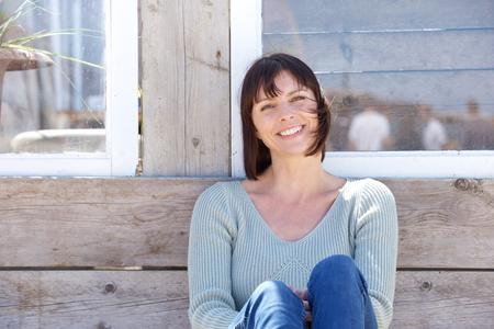 Close up Portrait von eine glückliche Frau mittleren Alters lächelnd im Freien