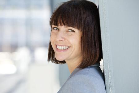 mujer sola: Cerca de retrato de una mujer de negocios de mediana edad alegre