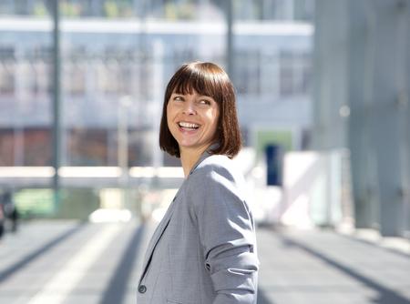 mujer sola: Cerca de retrato de una mujer de negocios profesional feliz
