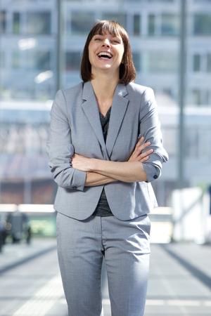 caras felices: Retrato de una mujer de negocios de risa con los brazos cruzados