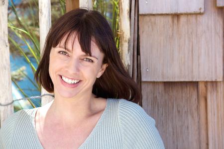 lachendes gesicht: Close up Portrait von eine fr�hliche �ltere Frau l�chelnd drau�en Lizenzfreie Bilder