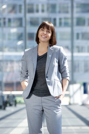 Portrait of a happy businesswoman standing in the city Stockfoto