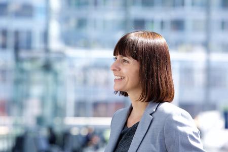 mujer sola: Close up retrato lado de una mujer segura de negocios sonriente