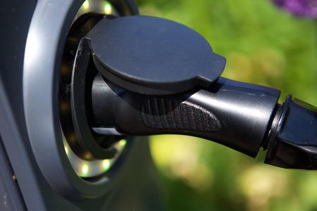 Close-up elektrische stekker voor hybride auto