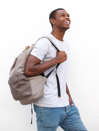caminando: Retrato de un sonriente afroamericano masculino caminar estudiante universitario