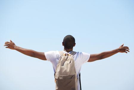 若い黒人男性の後ろから両腕で立っています。 写真素材