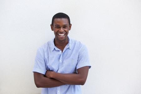 afroamericanas: Retrato de un hombre negro joven de risa en el fondo blanco aislado Foto de archivo