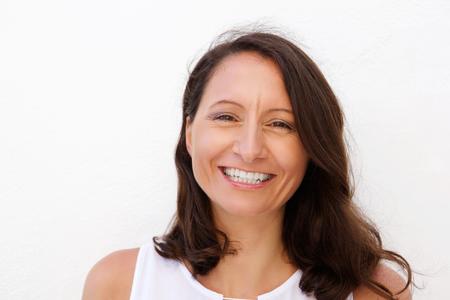 Close up Porträt einer lächelnden Mitte erwachsene Frau posiert vor weißem Hintergrund Lizenzfreie Bilder