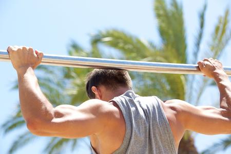 hombre fuerte: Hombre fuerte ejercicio de levantar bar exterior